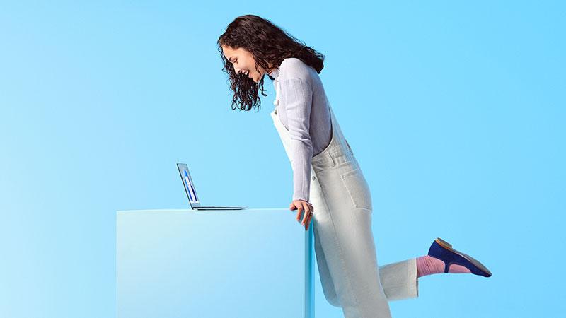 Человек смотрит на ноутбук Windows 11